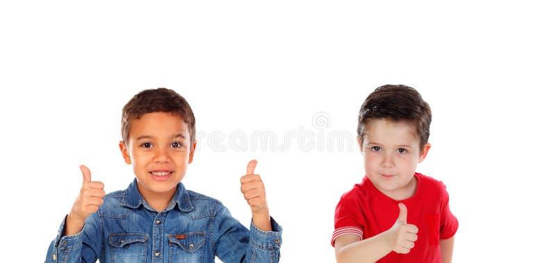 Twee grappige kinderen die O.k. zeggen stock foto's