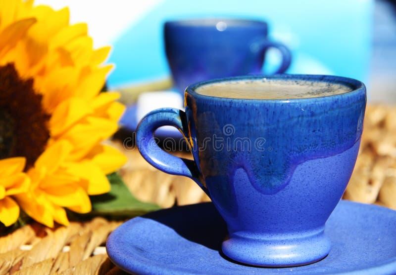 Twee Griekse koppen van koffie met een zonnebloem. stock foto's