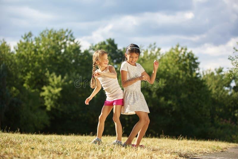 Twee grils die in de zomer dansen royalty-vrije stock fotografie