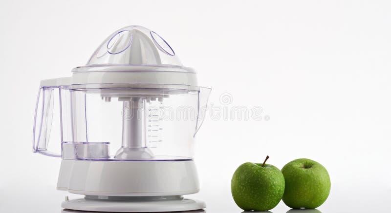 Twee groene appelen met juicer royalty-vrije stock fotografie