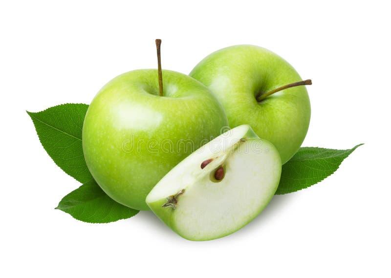 Twee groene gehele appelen en een stuk van het besnoeiingsstuk met verse bladeren dat op witte achtergrond wordt geïsoleerd royalty-vrije stock fotografie