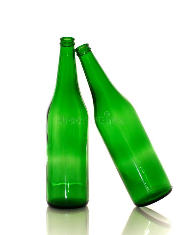 Twee groene lege flessen stock foto's