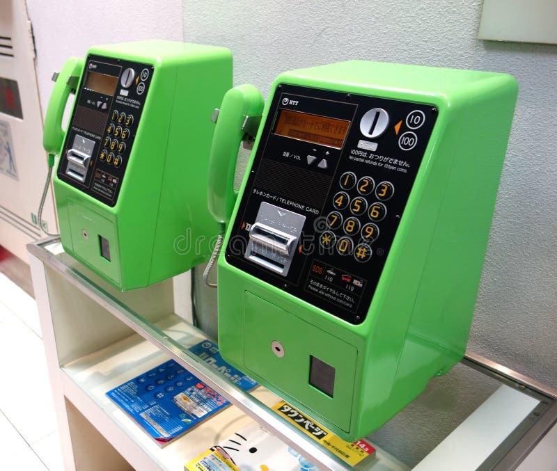Twee groene openbare telefoons royalty-vrije stock afbeelding