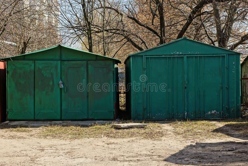Twee groene oude metaalgarage op de straat royalty-vrije stock fotografie