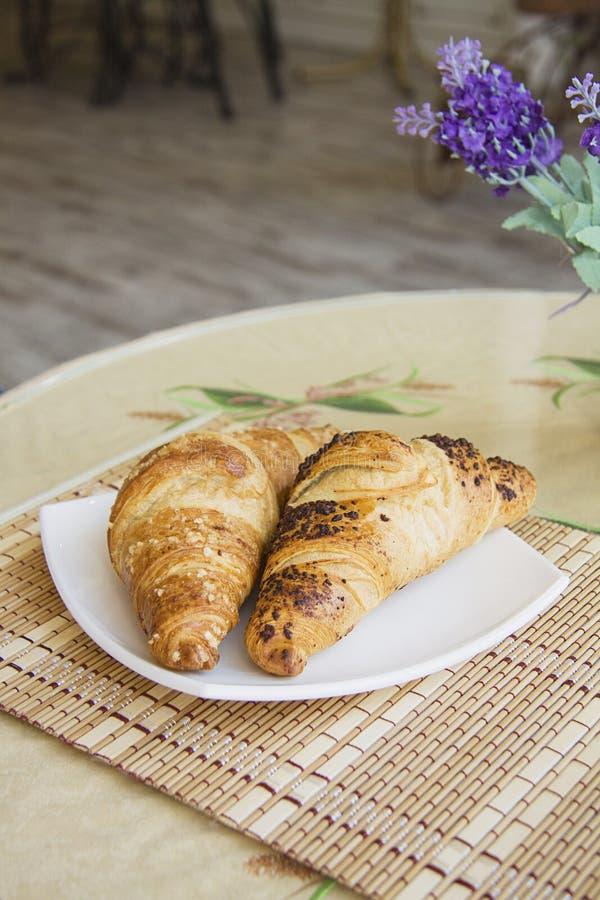 Twee grote Croissantsverticaal royalty-vrije stock afbeelding