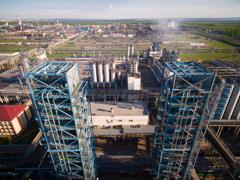 Twee grote distillatietoren bij de raffinaderij op de achtergrond van het industriële landschap Lucht Mening stock afbeeldingen