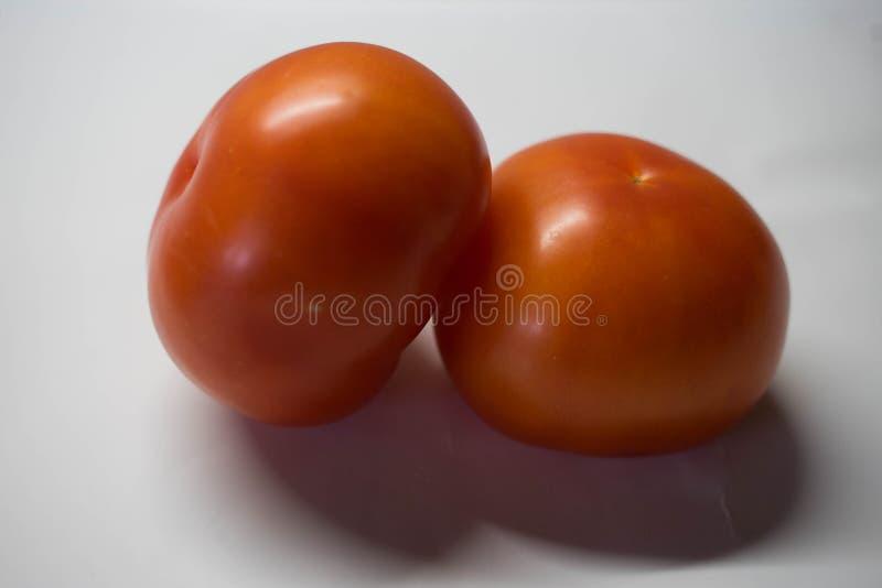 Twee grote rode tomaten stock foto's