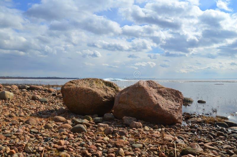 Twee grote stenen op de kust royalty-vrije stock afbeeldingen