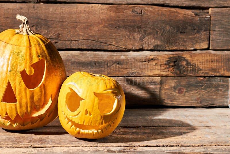 Twee Halloween-pompoenen op rustieke houten achtergrond stock fotografie