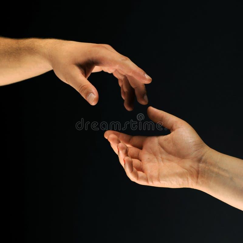 Twee handen die aan elkaar bereiken royalty-vrije stock afbeelding