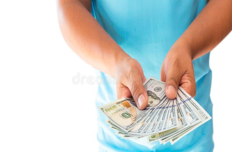 Twee handen die Amerikaanse dollarrekeningen houden die op witte achtergrond worden geïsoleerd stock foto's