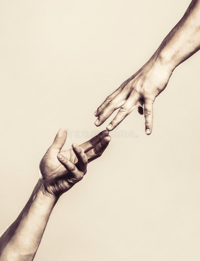 Twee handen, die wapen van een vriend helpen, groepswerk Het helpen van hand uitgestrekt, ge?soleerd wapen, redding Sluit omhoog  stock foto's