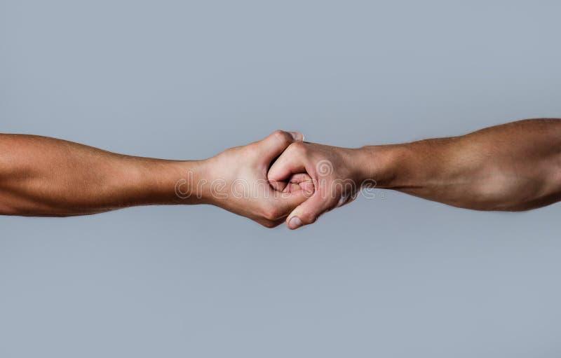 Twee handen, geïsoleerd wapen, die hand van een vriend helpen Vriendschappelijke handdruk, vrienden het begroeten Redding, die ha royalty-vrije stock afbeelding