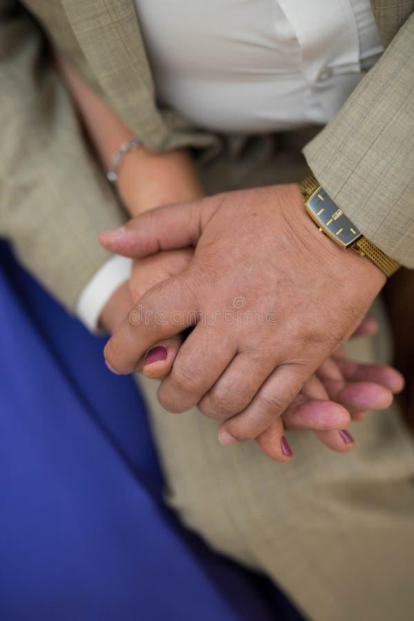 Twee handen - mannen en vrouwen stock foto