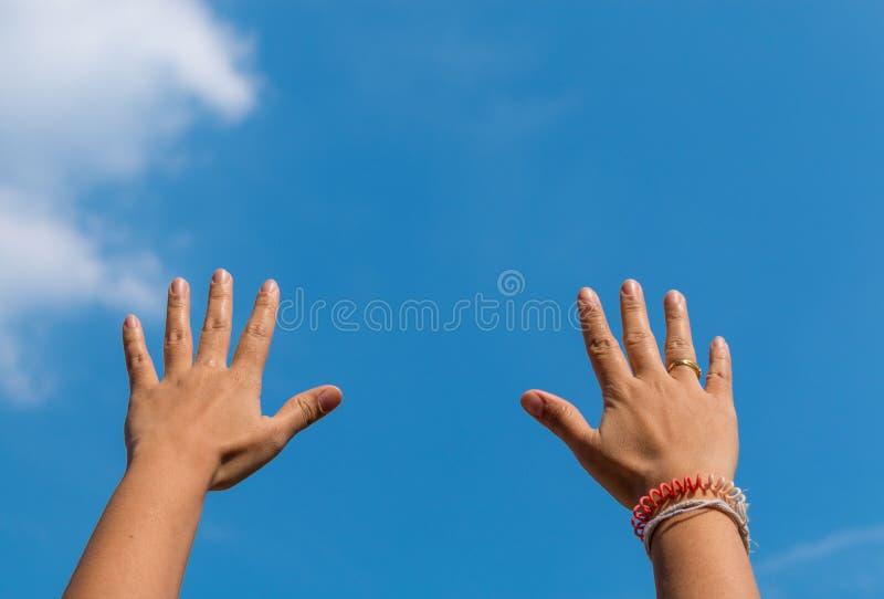 Twee handen met de hemel stock fotografie