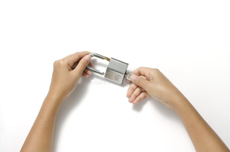 Twee handen open hangslot met sleutel stock afbeeldingen