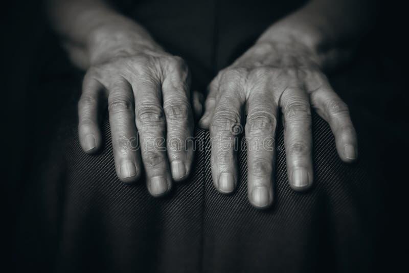 Twee handen rimpelden de oude mens stock fotografie
