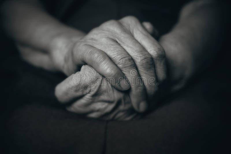 Twee handen van een oude mens stock foto