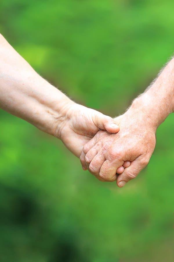 Twee handen van het bejaarde paar royalty-vrije stock afbeelding