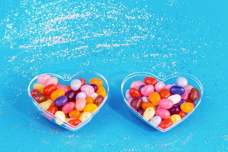 Twee harten met suikergoed op blauwe achtergrond royalty-vrije stock foto