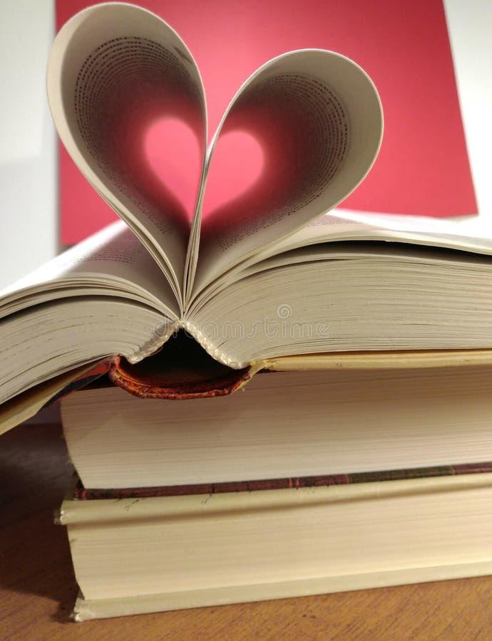 Twee harten op boeken stock afbeeldingen