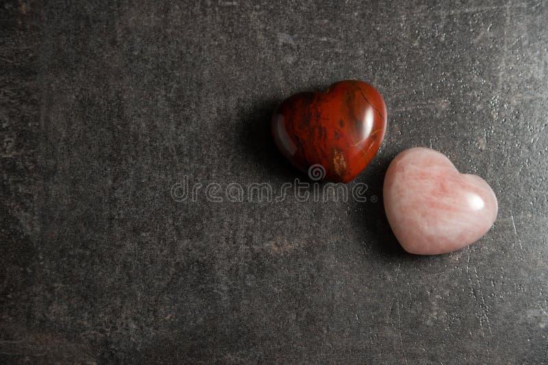 Twee harten op donkere steenachtergrond royalty-vrije stock afbeelding