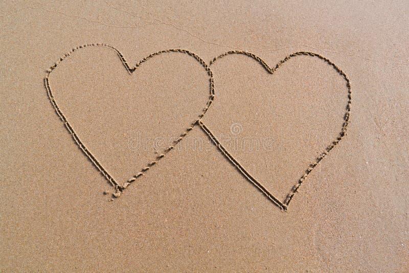 Twee harten op het strand royalty-vrije stock foto's