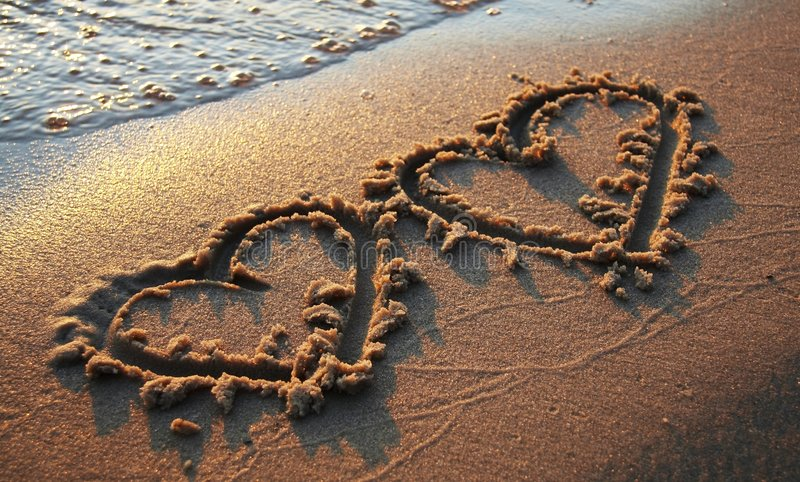 Twee harten op zand royalty-vrije stock fotografie