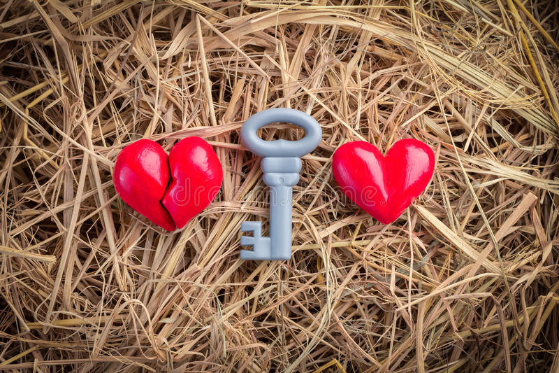 Twee hartensymbool met rode sleutel stock afbeeldingen