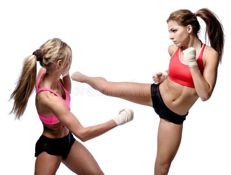 Twee het aantrekkelijke atletische meisjes vechten stock afbeelding