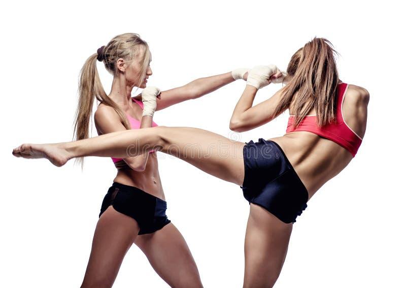 Twee het aantrekkelijke atletische meisjes vechten stock afbeeldingen