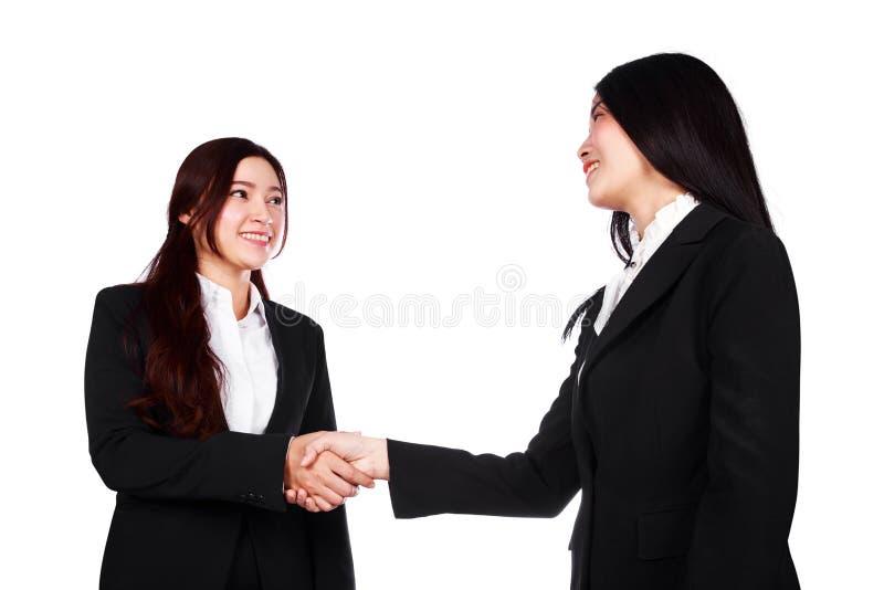 Twee het bedrijfsdievrouw schudden handen op witte achtergrond worden geïsoleerd stock foto's