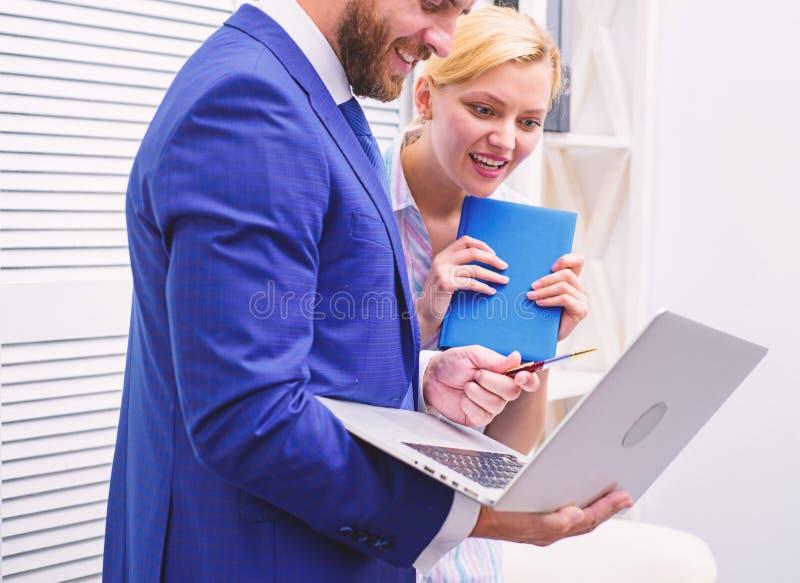 Twee het bedrijfsmensen toevallig samenwerken Het vrolijke werk van twee mensen die in helder bureau werken Commercieel team royalty-vrije stock afbeeldingen