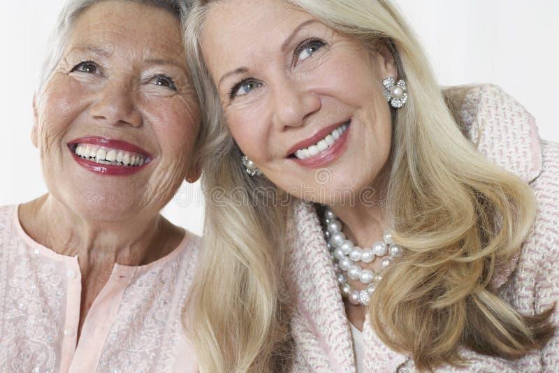 Twee het Elegante Hogere Vrouwen Glimlachen royalty-vrije stock afbeelding