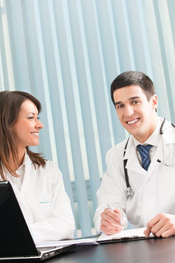 Twee het gelukkige medische mensen werken royalty-vrije stock afbeeldingen