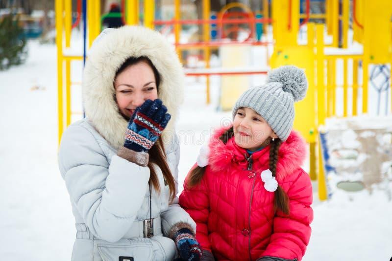 Twee het gelukkige meisjes, moeder en dochter spelen op een speelplaats i royalty-vrije stock fotografie