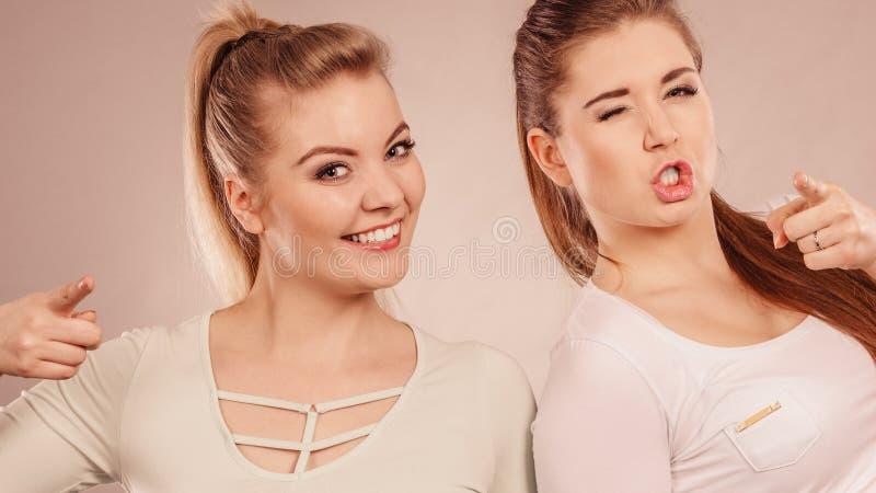 Twee het gelukkige vrouwenvrienden motiveren royalty-vrije stock foto