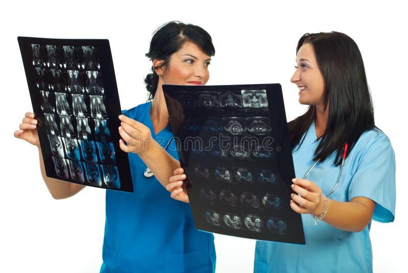Twee het glimlachen artsenbespreking over MRI stock afbeelding