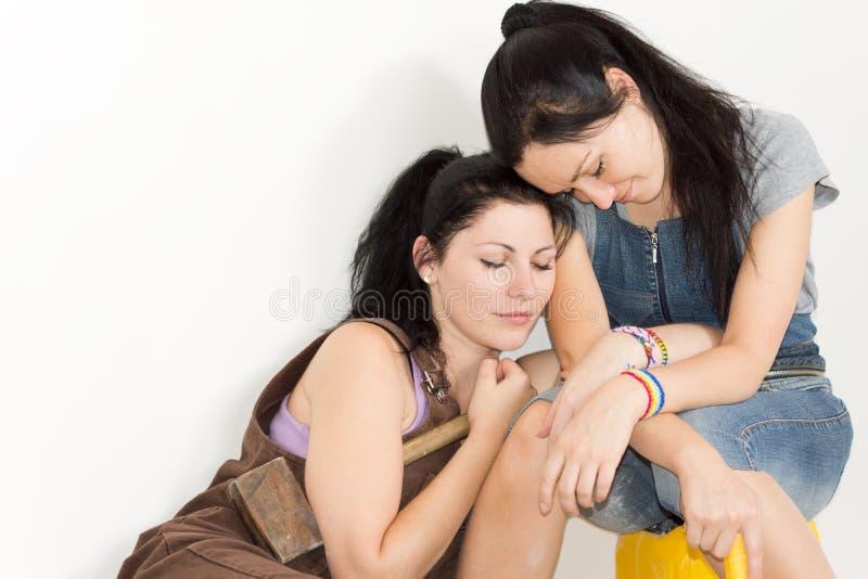 Twee het hartelijke zusters rusten stock foto