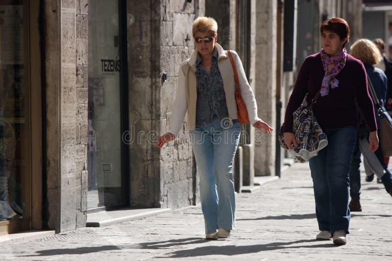 Twee het Italiaanse vrouwen lopen royalty-vrije stock fotografie