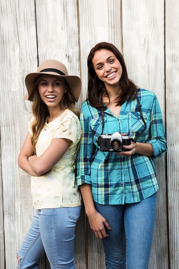 Twee het jonge vrouwelijke vrienden glimlachen stock afbeeldingen