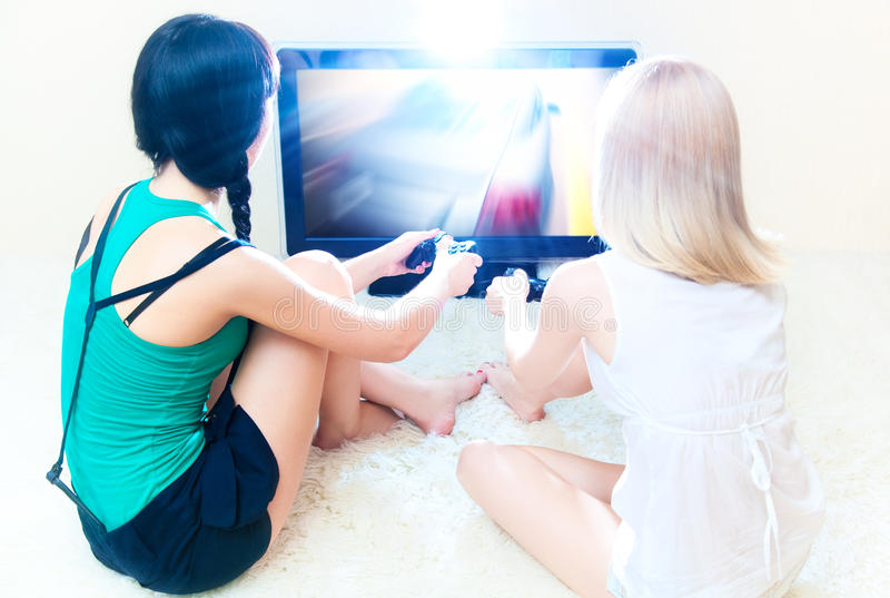 Twee het jonge vrouwen spelen royalty-vrije stock afbeeldingen