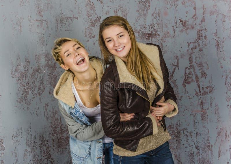 Twee het jonge vrouwenvrienden spreken stock foto