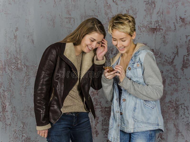 Twee het jonge vrouwenvrienden spreken royalty-vrije stock fotografie