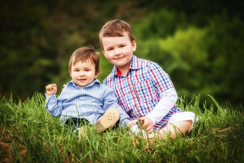 Twee het kleine het glimlachen broers van de kindjongen lopen stock afbeeldingen