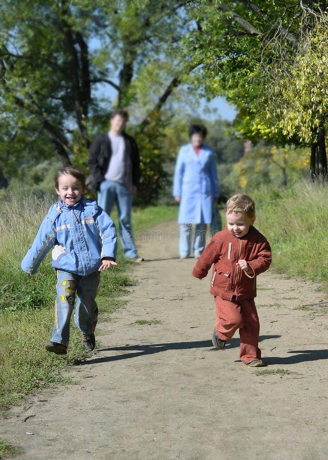 Twee het kleine jongens lopen royalty-vrije stock afbeeldingen