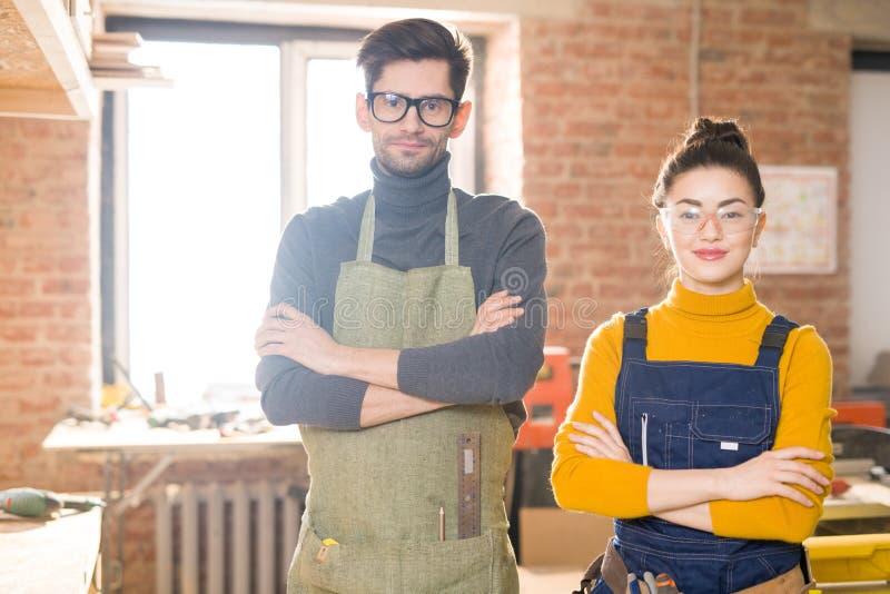Twee het Moderne Artisans Stellen in Workshop stock afbeelding