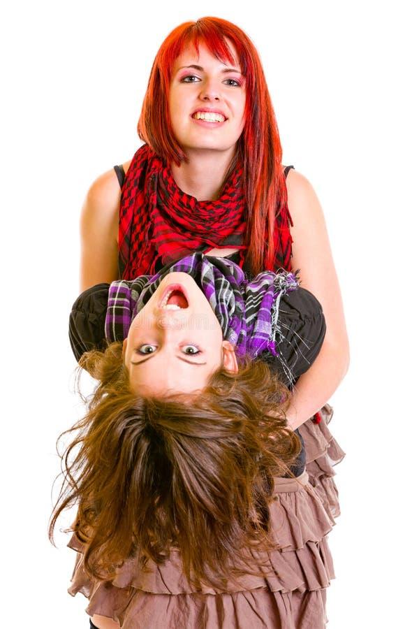 Twee het montere jonge meisjes grappige omhelzen stock afbeeldingen