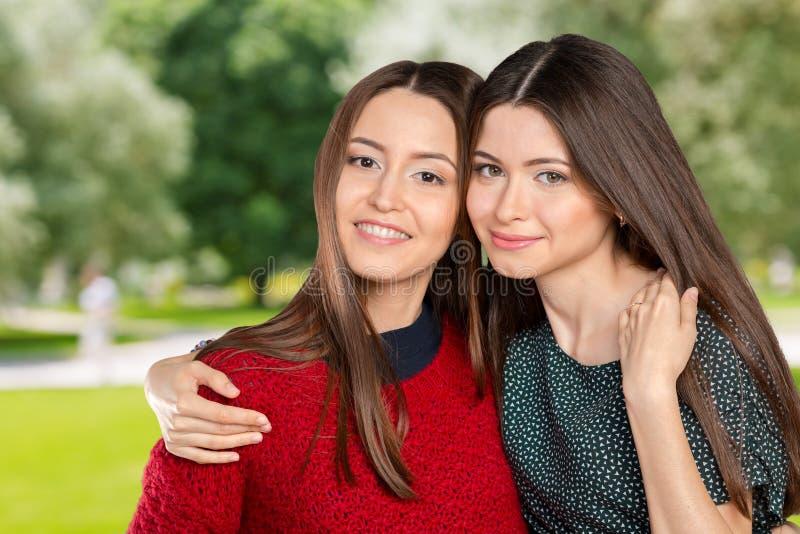Twee het Mooie Zusters koesteren stock afbeelding