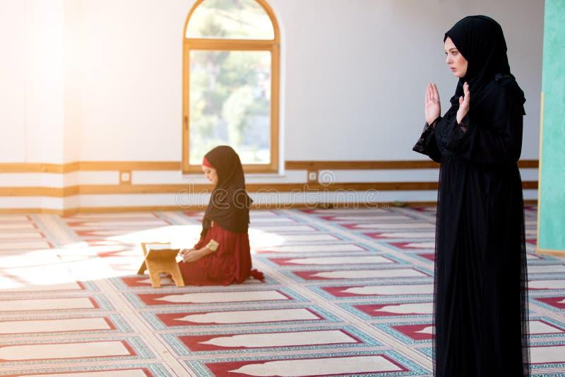 Twee het Moslimvrouwen bidden royalty-vrije stock afbeeldingen